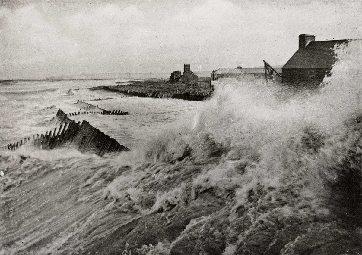 2-Fierce-storm-hits-harbour-pre-1914.jpg